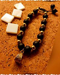 دستبند طلایی مشکی آویزدار AP gallery
