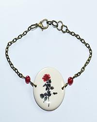 دستبند  چوبی طرح گل سرخ