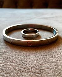 دستبند النگویی و انگشتر کارتیر رنگ نقره ای